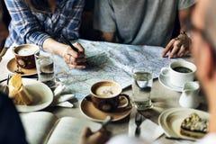 Café de consumición del grupo de personas en la cafetería Imagen de archivo