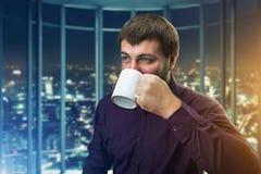 Café de consumición del hombre foto de archivo