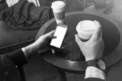 Café de consumición del hombre Fotografía de archivo