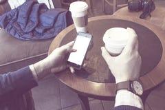 Café de consumición del hombre Imagen de archivo