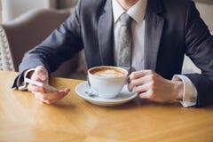 Café de consumición del hombre Foto de archivo libre de regalías