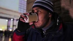Café de consumición del hombre deprimido al aire libre y teniendo problemas en el trabajo tristeza almacen de video