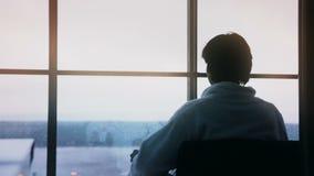 Café de consumición del hombre en balcón por la mañana almacen de metraje de vídeo