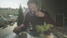 Café de consumición del hombre joven almacen de metraje de vídeo