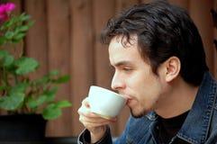 Café de consumición del hombre joven Foto de archivo