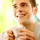 Café de consumición del hombre joven imagen de archivo libre de regalías