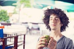 Café de consumición del hombre joven al aire libre Foto de archivo libre de regalías