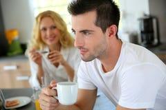 Café de consumición del hombre para el desayuno Imagen de archivo libre de regalías