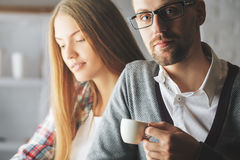 Café de consumición del hombre y de la mujer Imagen de archivo libre de regalías