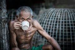 Café de consumición del viejo hombre Imagen de archivo libre de regalías