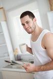 Café de consumición encantado del hombre mientras que lee las noticias Foto de archivo libre de regalías