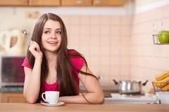 Café de consumición feliz de la mujer joven en el país Fotos de archivo libres de regalías