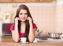 Café de consumición feliz de la mujer joven en el país Imagen de archivo