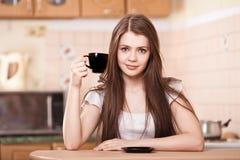 Café de consumición feliz de la mujer joven en el país Fotografía de archivo