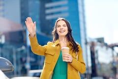 Café de consumición feliz de la mujer joven en la calle de la ciudad Fotos de archivo