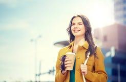 Café de consumición feliz de la mujer joven en la calle de la ciudad Fotografía de archivo libre de regalías