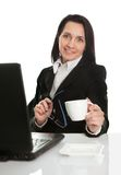 Café de consumición hermoso de la mujer de negocios Foto de archivo