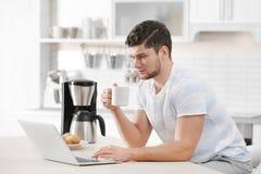 Café de consumición hermoso del hombre joven fotos de archivo