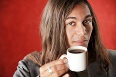Café de consumición hermoso del hombre joven fotos de archivo libres de regalías