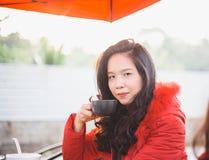 Café de consumición hermoso de la mujer joven Imagen de archivo libre de regalías