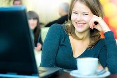 Café de consumición joven de la mujer de negocios y o de trabajo Fotos de archivo
