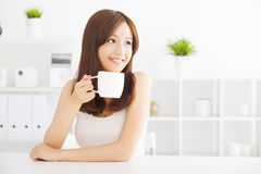 Café de consumición joven feliz Fotos de archivo libres de regalías