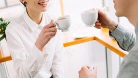 Café de consumición de la charla del amigo del compañero de trabajo de la comunicación fotografía de archivo libre de regalías