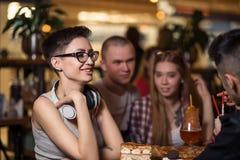 Café de consumición de la gente en concepto del café Fotos de archivo libres de regalías