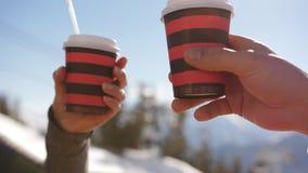 Café de consumición de la muchacha encima de la montaña en el restaurante en la estación de esquí almacen de video