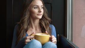 Café de consumición de la mujer atractiva almacen de metraje de vídeo