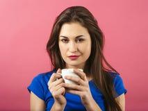 Café de consumición de la mujer bonita Imagenes de archivo