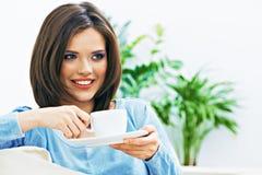 Café de consumición de la mujer, cierre encima de la cara Imagen de archivo libre de regalías