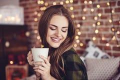 Café de consumición de la mujer hermosa foto de archivo