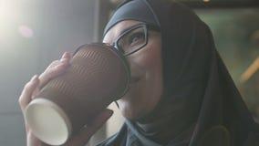 Café de consumición de la mujer musulmán feliz, profesor que se relaja después de clases, primer almacen de video