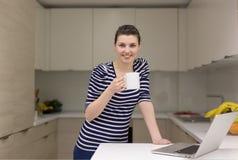 Café de consumición de la mujer que disfruta de forma de vida relajante Foto de archivo libre de regalías