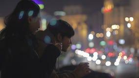Café de consumición de los pares adolescentes y comunicación en la calle, primera fecha, sensaciones metrajes