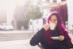Café de consumición moderno de la mujer joven Imagen de archivo