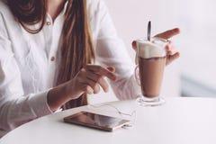 Café de consumición moreno hermoso en terraza del verano Imagen de archivo