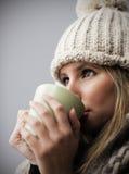 Café de consumición o té de la chica joven hermosa fotografía de archivo libre de regalías