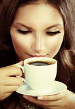 Café de consumición o té de la muchacha hermosa Imágenes de archivo libres de regalías