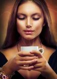 Café de consumición o té de la muchacha hermosa Foto de archivo