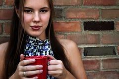 Café de consumición o té de la mujer joven Foto de archivo libre de regalías