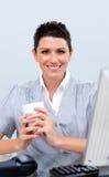 Café de consumición positivo de la mujer de negocios Fotografía de archivo libre de regalías