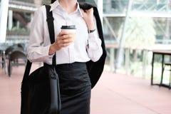 Café de consumición que camina de la mujer de negocios Foto de archivo libre de regalías