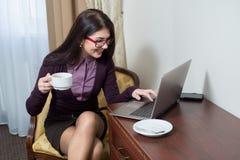 Café de consumición que se sienta de la muchacha Fotografía de archivo libre de regalías