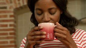 Café de consumición relajado de la mujer joven metrajes