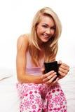 Café de consumición sonriente de la mañana de la mujer Imagen de archivo