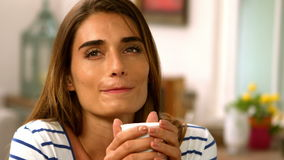 Café de consumición sonriente de la mujer metrajes