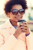 Café de consumición sonriente de la mujer afroamericana Imágenes de archivo libres de regalías