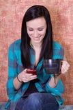 Café de consumición sonriente y Texting del adolescente Fotografía de archivo